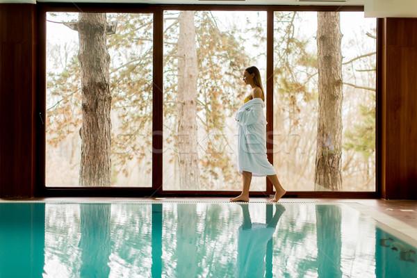 Stockfoto: Mooie · jonge · vrouw · permanente · zwembad · vrouwen · schoonheid