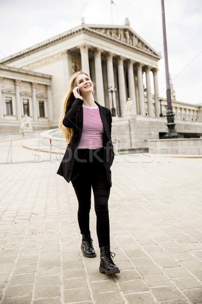 Mulher jovem telefone móvel rua Viena Áustria cidade Foto stock © boggy