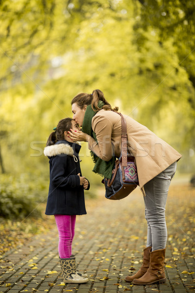 Moeder zoenen dochter park weinig familie Stockfoto © boggy