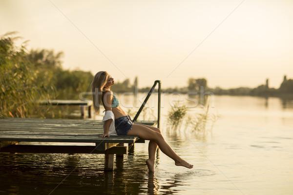 Jonge vrouw ontspannen pier meer zomer dag Stockfoto © boggy