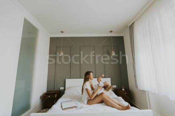 Mère peu fils lit amour Photo stock © boggy