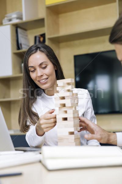 Jeunes femme d'affaires construire bois construction bureau Photo stock © boggy