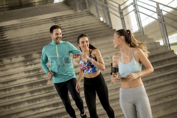 Jongeren lopen outdoor man vrienden opleiding Stockfoto © boggy
