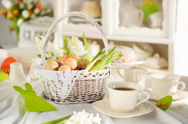 Pâques panier plein oeufs table Photo stock © bogumil