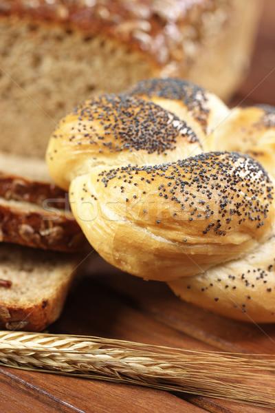 Ekmek rulo haşhaş tohumları ahşap masa kulak Stok fotoğraf © bogumil