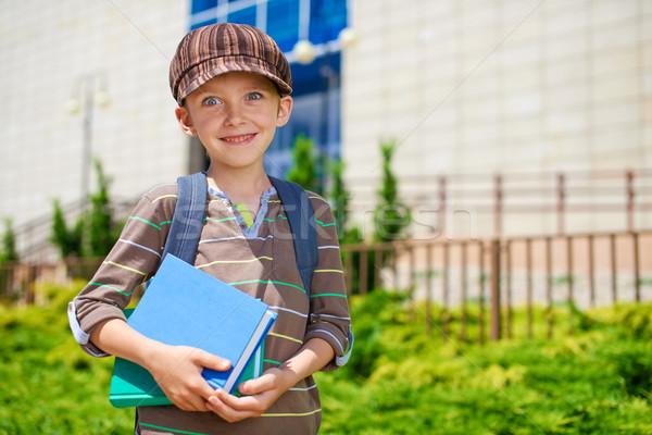 Genç öğrenci kitaplar okul Bina Stok fotoğraf © bogumil