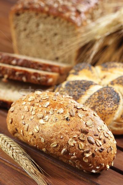 Completo grão pão rolar mesa de madeira ouvido Foto stock © bogumil