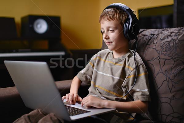 Genç çocuk Internet kablosuz Stok fotoğraf © bogumil