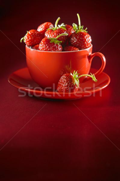 Taze çilek plaka fincan sulu çilek Stok fotoğraf © bogumil
