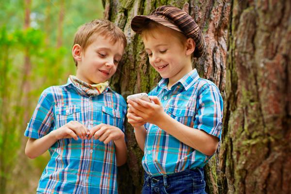 Dziecko brat różny gry telefonu komórkowego Zdjęcia stock © bogumil