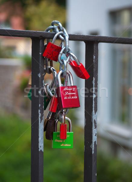 Recém-casados anexada ponte cadeia feliz Foto stock © borysshevchuk
