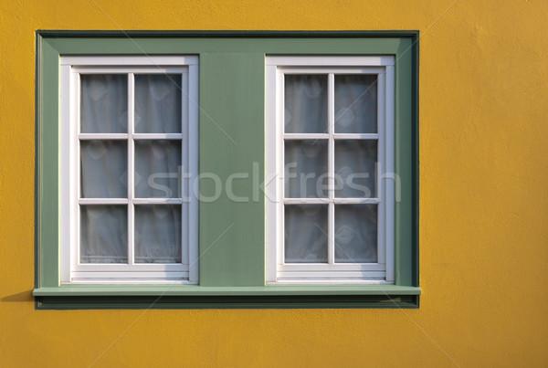 Venster Geel muur huis glas stedelijke Stockfoto © borysshevchuk