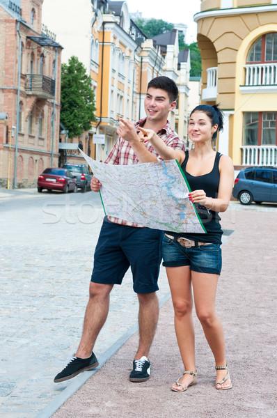 Junge Mädchen Straßenkarte Stadt zeigen Stock foto © borysshevchuk