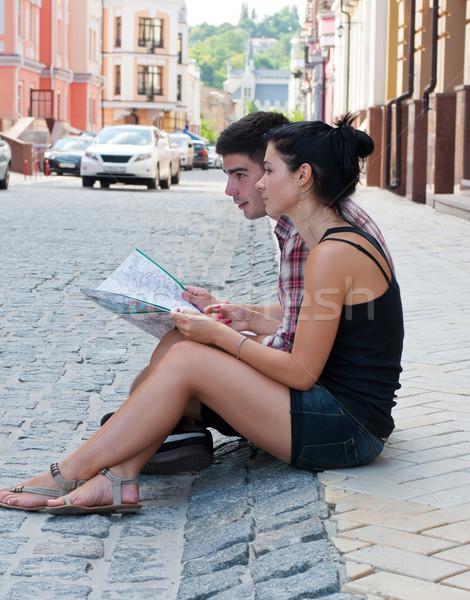 Dziewczyna facet posiedzenia przydrożny Pokaż chłopca Zdjęcia stock © borysshevchuk