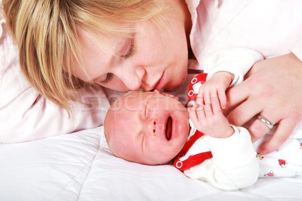 Stok fotoğraf: Ağlayan · bebek · anne · sevmek · çocuk · yatak
