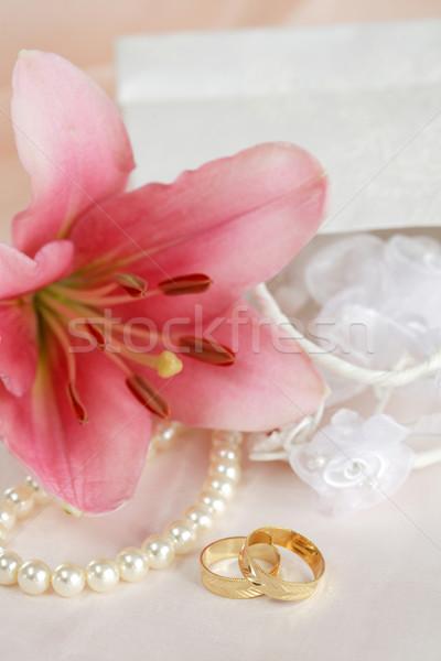 Jegygyűrűk esküvő csendélet arany gyűrűk virág Stock fotó © brebca
