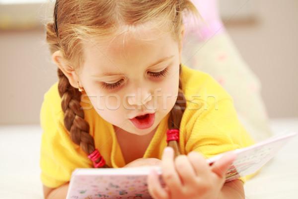 Mädchen Lesung cute kleines Mädchen Buch Lächeln Stock foto © brebca