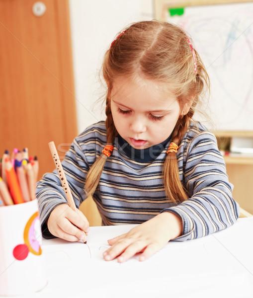 Praca domowa cute dziewczynka malarstwo domu Zdjęcia stock © brebca