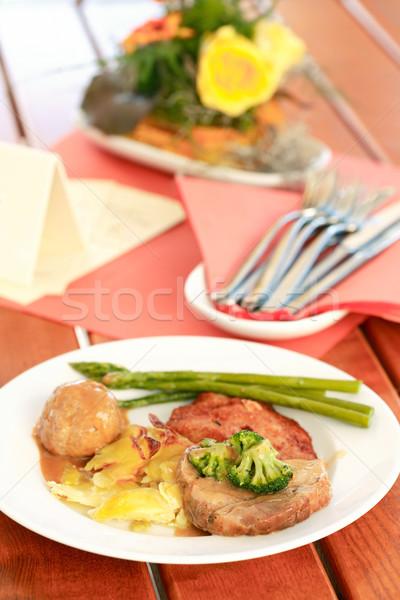 Szabadtér étterem asztal virág szolgáltatás kés Stock fotó © brebca