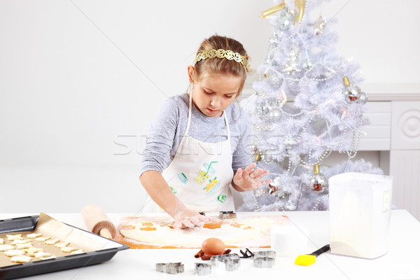 Aranyos lány sütés sütik karácsony kezek Stock fotó © brebca
