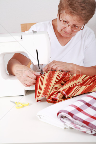Coser foto mujer fondo de trabajo Foto stock © brebca