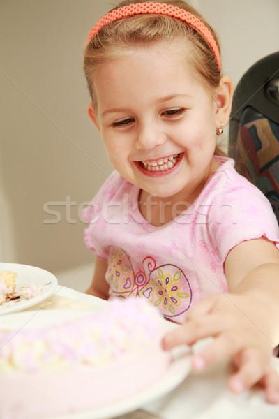 Nyami aranyos lány tesztelés születésnapi torta krém Stock fotó © brebca