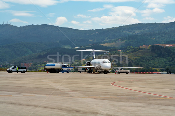 Megtankol repülőgép teherautó repülőtér fém energia Stock fotó © broker