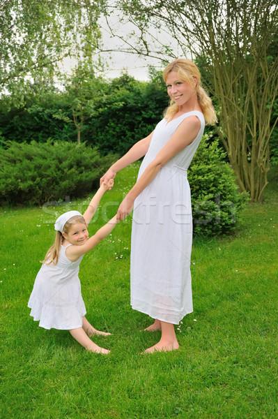 Jeunes mère fille jouer prairie femme Photo stock © brozova