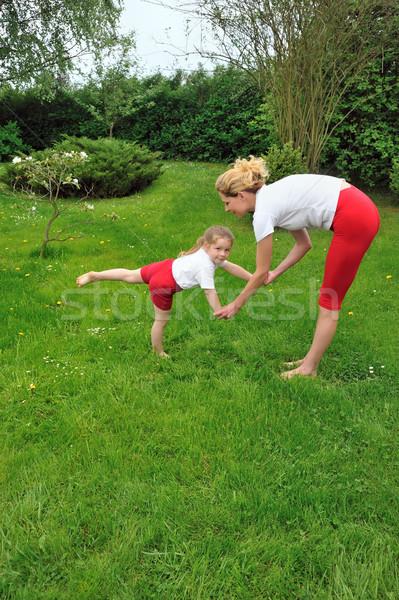 Stok fotoğraf: Genç · kadın · yoga · meditasyon · ağaç · çim · spor