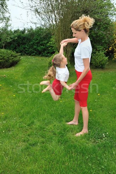 Stok fotoğraf: Anne · kız · eğitim · ağaç · çim · spor