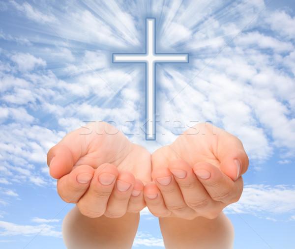 Ręce Christian krzyż świetle niebo Zdjęcia stock © brozova