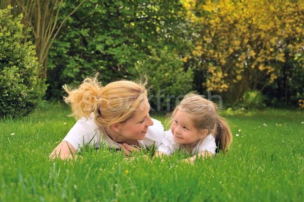 Jonge moeder dochter leggen gras handen Stockfoto © brozova