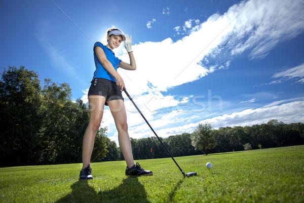 Vrouw spelen golf veld mooie vrouw hemel Stockfoto © BrunoWeltmann