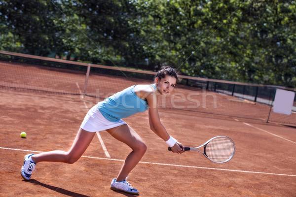 ストックフォト: 美少女 · 笑みを浮かべて · テニスラケット · 小さな · テニスコート · 美しい