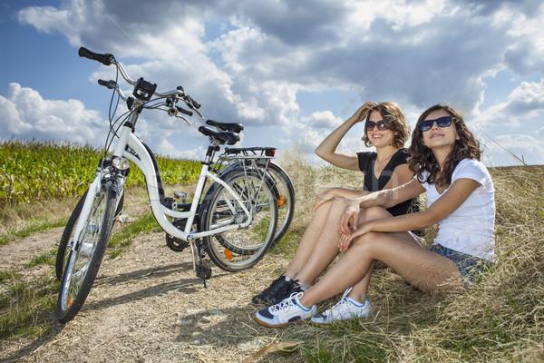 Iki güzel kızlar bisiklet tur kaya Stok fotoğraf © BrunoWeltmann