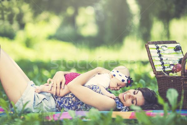 Giovani bella madre figlia coperta parco Foto d'archivio © BrunoWeltmann