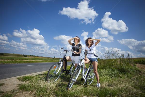 Zwei ziemlich Mädchen Fahrrad Tour rock Stock foto © BrunoWeltmann