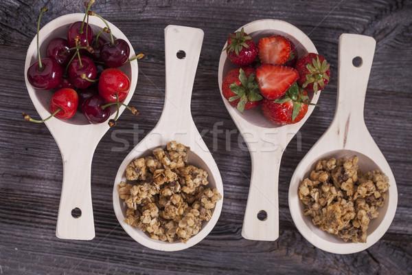 вкусный завтрак клубники вишни зерновых деревянный стол Сток-фото © BrunoWeltmann