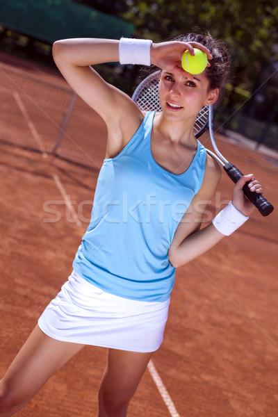 Jeune fille balle de tennis tribunal rouge femme Photo stock © BrunoWeltmann