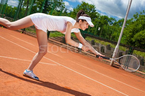 Femminile giocare tennis campo da tennis donna cielo Foto d'archivio © BrunoWeltmann