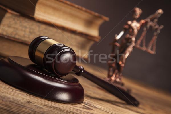 Ley justicia martillo blanco juez equilibrio Foto stock © BrunoWeltmann