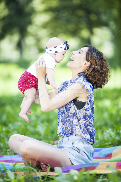 Genç güzel anne kız battaniye park Stok fotoğraf © BrunoWeltmann