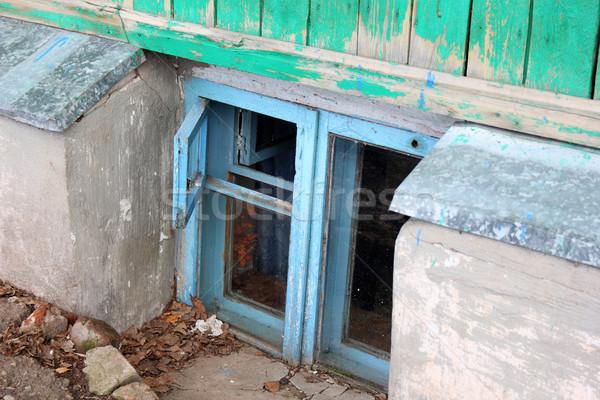 Piccolo finestra seminterrato legno casa Foto d'archivio © brux