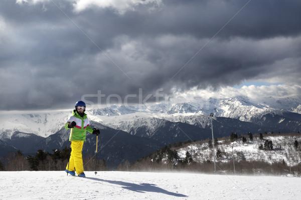 Jonge skiër ski zon bergen bewolkt Stockfoto © BSANI