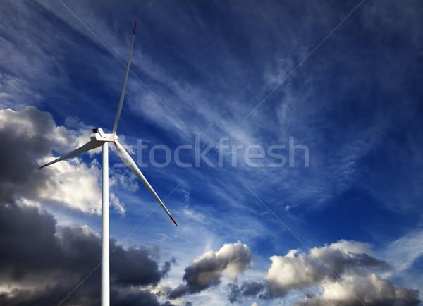 Foto stock: Aerogenerador · cielo · azul · nubes · de · tormenta · verano · día · cielo
