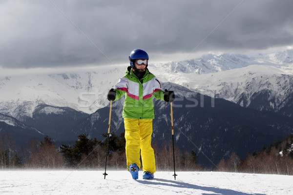 Jovem esquiador esquiar sol montanhas cinza Foto stock © BSANI