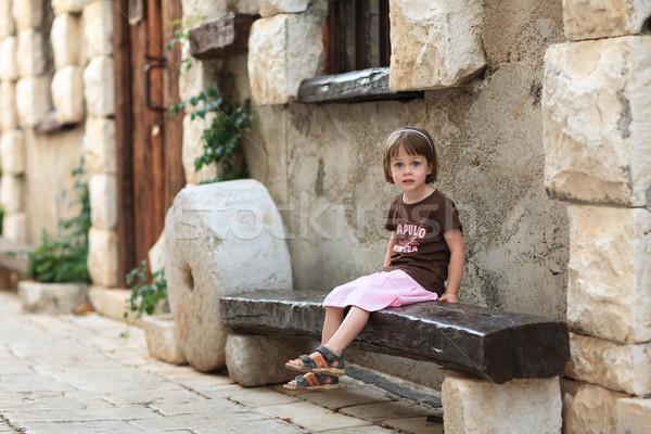 девочку сидят старые скамейке фон Сток-фото © bubutu