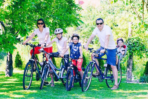 счастливая семья Велосипеды парка активный семьи женщину Сток-фото © bubutu