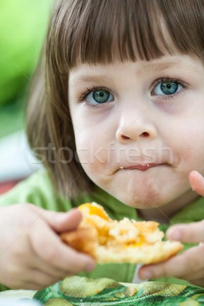 Meisje eten cake perzik taart buitenshuis Stockfoto © bubutu