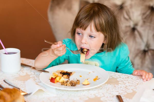 Aanbiddelijk meisje eten pannenkoek vruchten ontbijt Stockfoto © bubutu